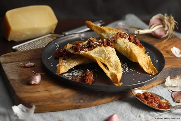 Ravioli di pane carasau con crema di pomodori secchi e acciughe