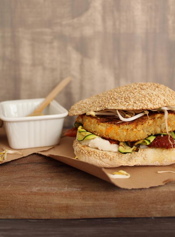 Veggie burger di quinoa e mandorle.