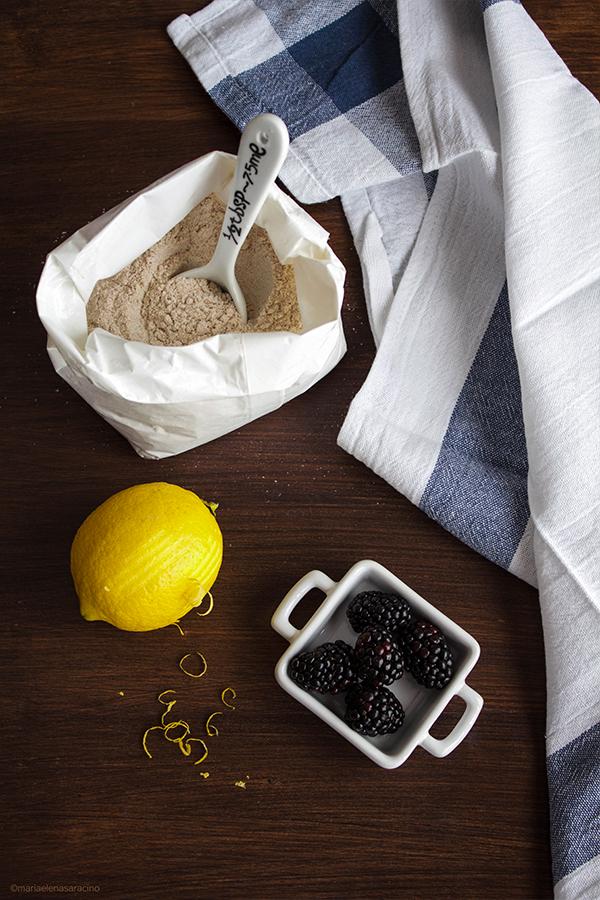 Ingredienti per la galette integrale mele e more.