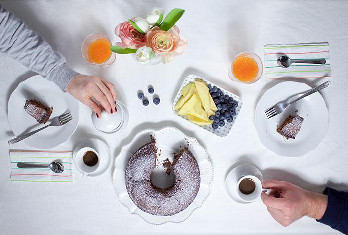Colazione con la ciambella senza burro al cacao e caffè.