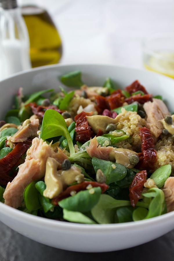 Ricca insalata di quinoa alla senape.