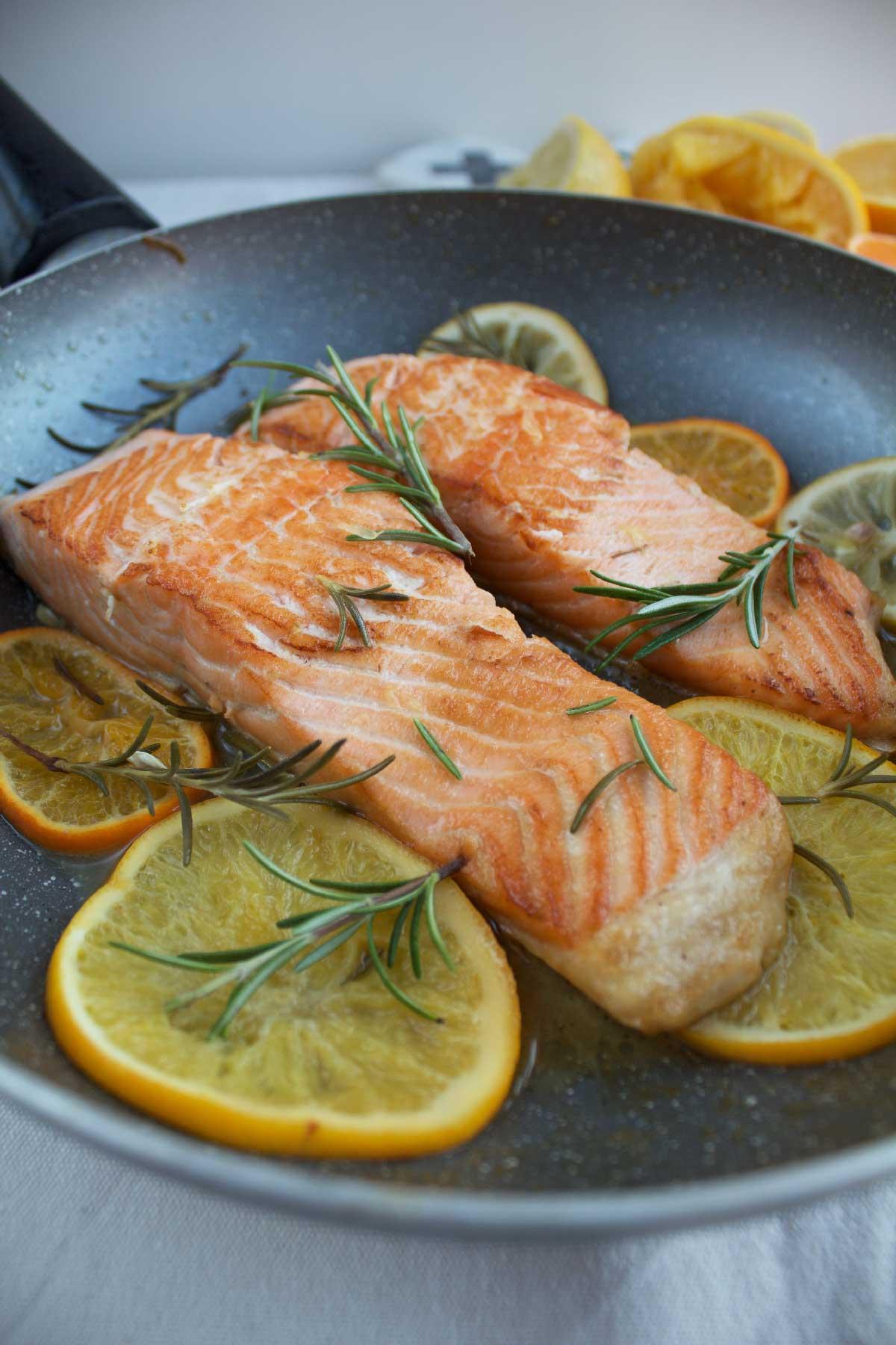 Preparazione del salmone agli agrumi