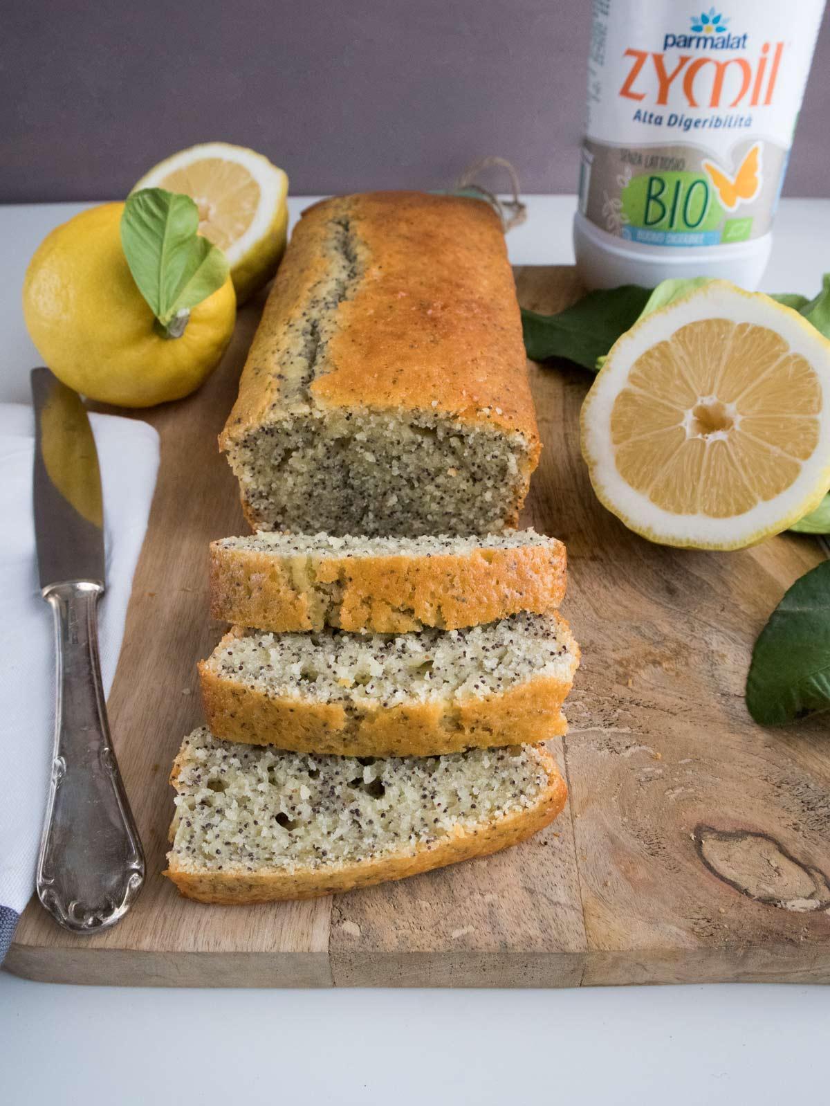 Plumcake al limone e semi di papavero a fette.