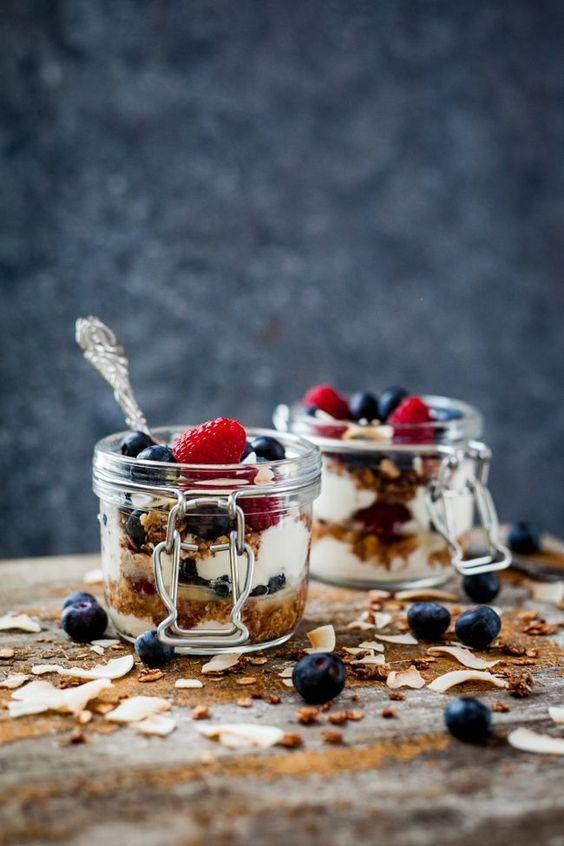 colazione con yogurt, cereali e frutti rossi.