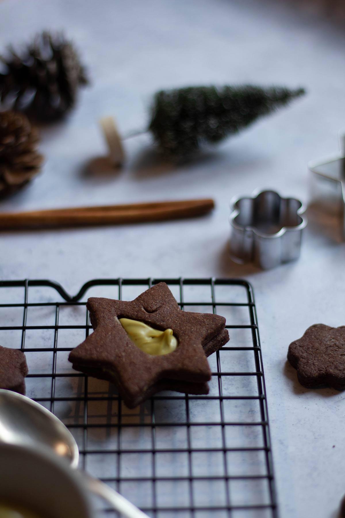 Biscotti al cacao con crema di pistacchio - Biscotto col foro